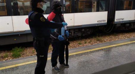 Efectivos de la Policía y  Protección Civil reparten con total normalidad mascarillas en los accesos al transporte público de Burjassot