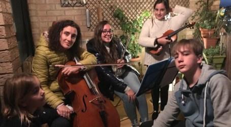 Una familia de músicos de Alboraya ha realizado 50 conciertos desde su balcón