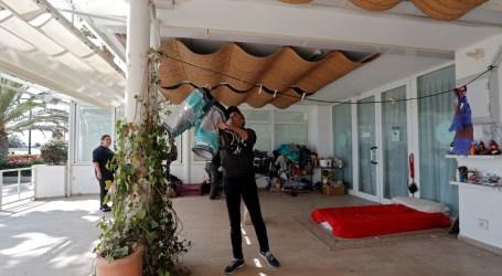 Un restaurante de la playa de València cede su terraza a varios sintecho