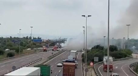 Cortada la A-7 en Paterna tras volcar un camión e incendiarse
