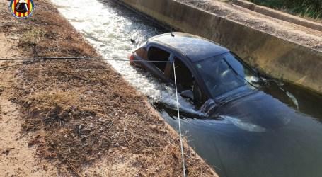 Rescatan a una mujer tras caer con su vehículo en una acequia de Alfara