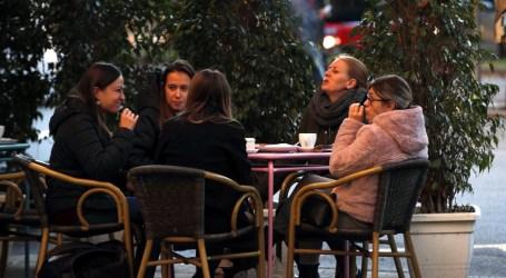 Reuniones de 6 personas en el espacio público y dos grupos en casa desde hoy
