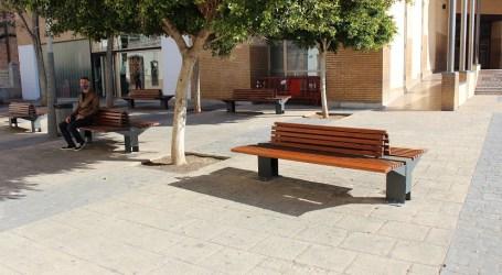 Almàssera coloca 10 nuevos bancos dobles de madera y con respaldo en la Plaza Mayor