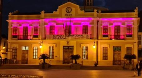 La fachada del Ayuntamiento de Burjassot cuenta con nueva iluminación con motivo del 8M