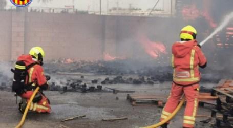 Incendio en la fábrica de palets de Aldaia
