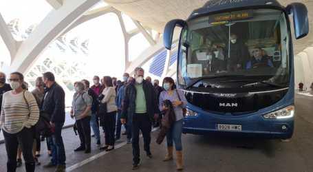 Un centenar de personas de Albal, Beniparrell, Catarroja y Massanassa utiliza el autobús gratuito para ir a vacunarse
