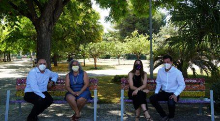 Burjassot estrena bancos reciclados y reivindicativos en el Parque de La Granja