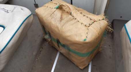 Un nadador encuentra 40 kilos de hachís en las aguas de La Patacona