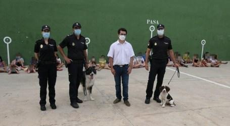 Los niños y niñas de la «Escola d'Estiu» de Alboraya reciben la visita de la Unidad de Guías Caninos de la Policía Nacional