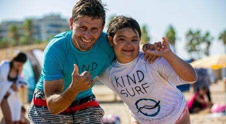 Una media de 100 niños por semana disfrutan de la escuela inclusiva Mediterranean Surf School