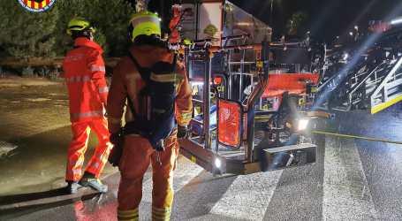 Els bombers intervenen en un incendi produït la passada nit en un dipòsit de metà d'Alaquàs