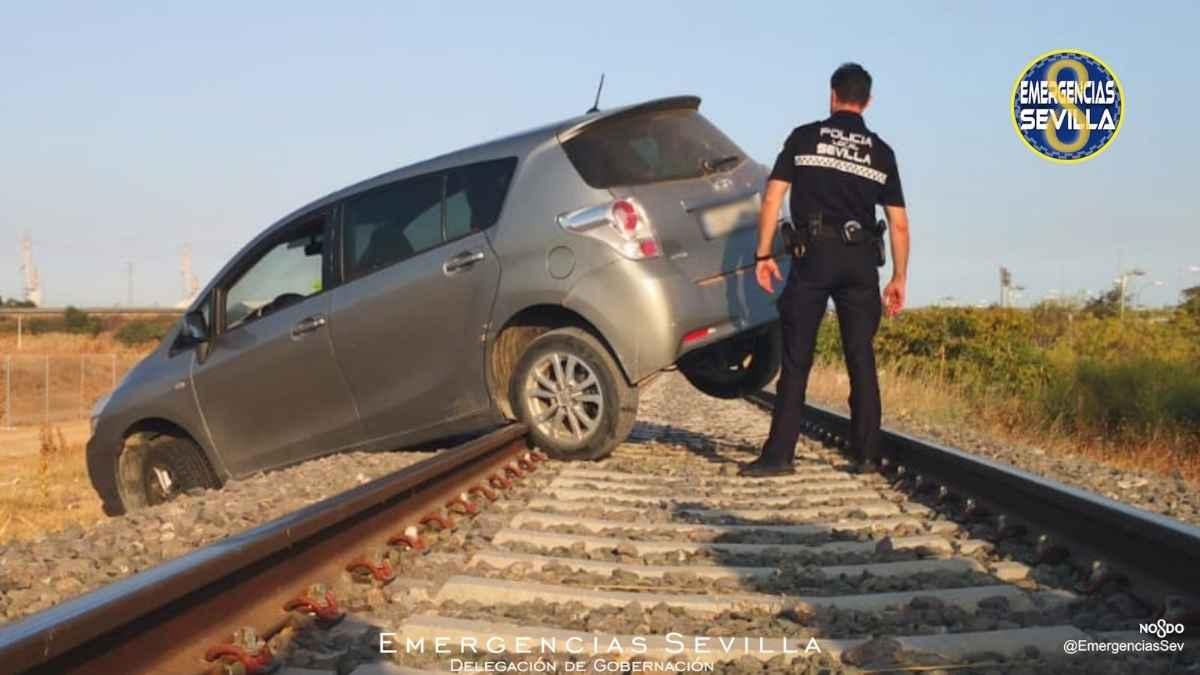 Un coche queda atrapado en medio de la vía del tren en Sevilla