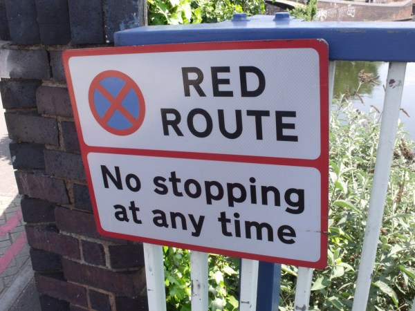 Aston Road Bridge over the Birmingham & Fazeley Canal - Red Route sign. Foto por Elliot Brown