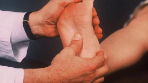 ما هي أسباب ألم أسفل القدم ؟