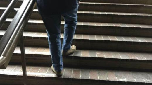 تفسير حلم رؤية صعود الدرج في المنام