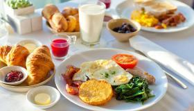 تفسير حلم رؤية وجبة الإفطار في المنام