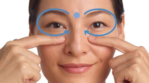إزالة التجاعيد حول العينين بطرق طبيعية
