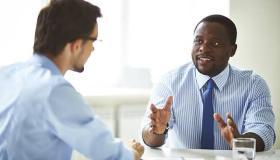 أهمها التحلي بالثقة.. كيف تتبادل الحوار مع الغرباء ؟