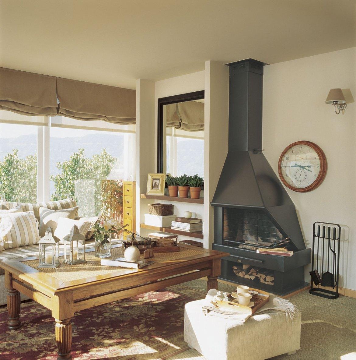 00163358. Salón con chimenea negra y una gran mesa de centro de madera_00163358