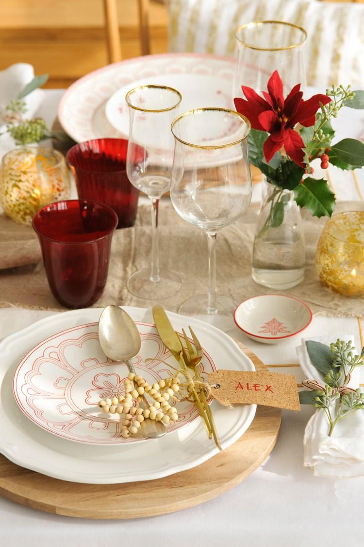 00444901 O. Detalle de la vajilla, pequeñas velas y flores sobre la mesa_00444901 O
