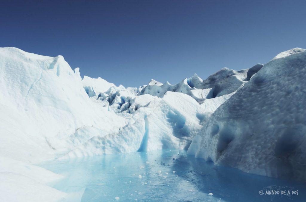 Pequeño lago congelado sobre el glaciar. Viajar a El Calafate