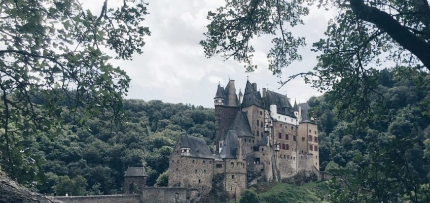Castillo de Eltz entre los árboles