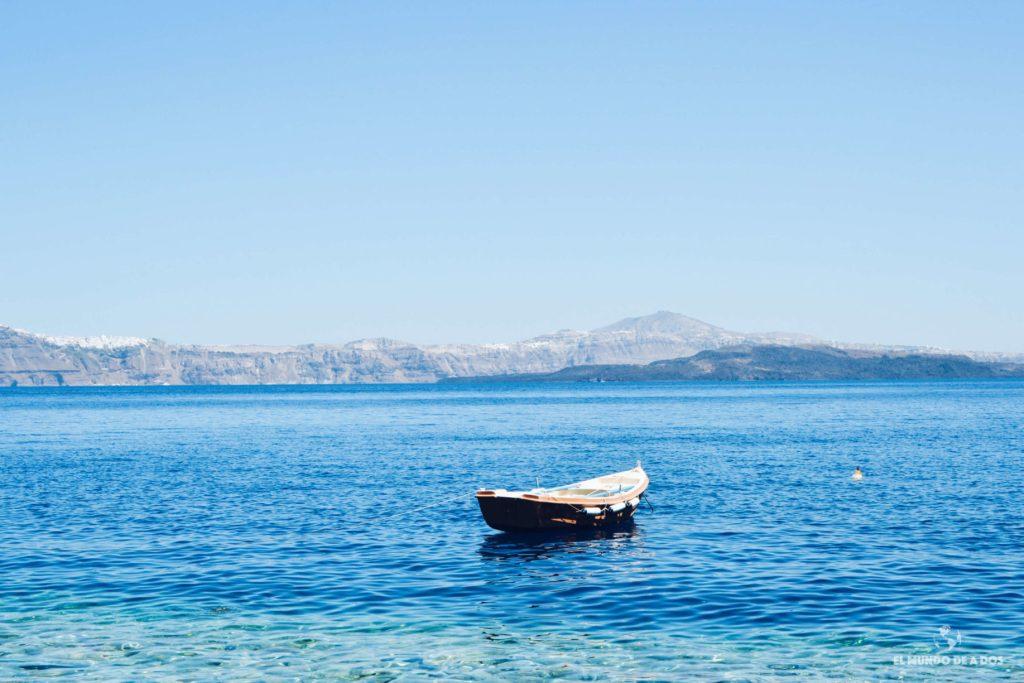 Bote en el puerto de Korfos. Caldera de Santorini
