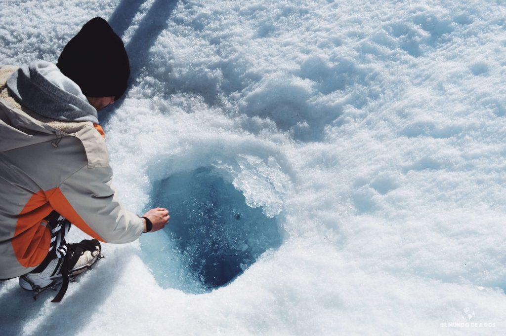 Tomando agua del glaciar. Minitrekking Perito Moreno