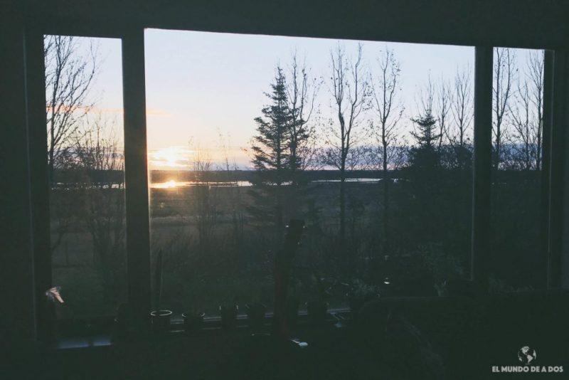 Amanecer desde la ventana de la Spirit Farm. Alojamiento en Islandia