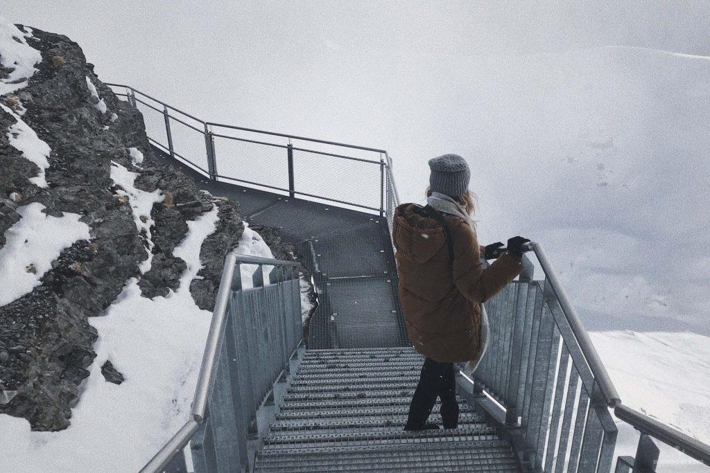 Caminando por el precipicio en Suiza en invierno