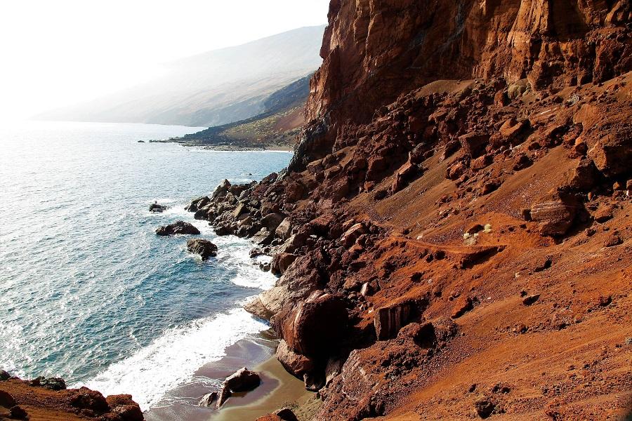 Piscinas naturales de El Hierro - playa roja de Tacorón