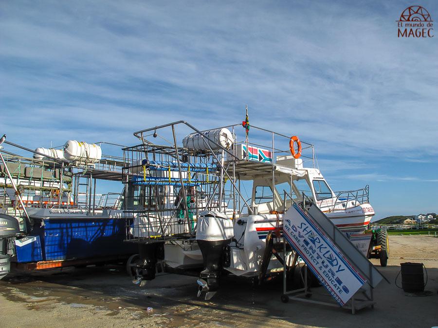 barco con jaula de buceo