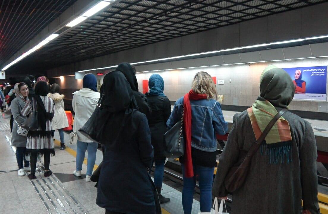 Chicas en el metro de Teherán