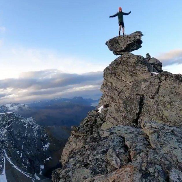 Kilian Jornet saluda des del cim d'una muntanya @kilianj