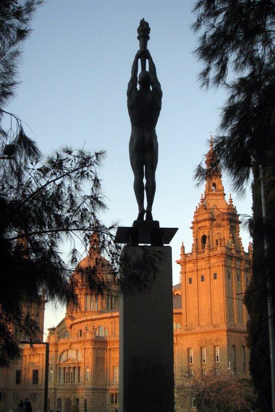152 Monument a Ferrer i Guàrdia, al fons el MNAC enfo