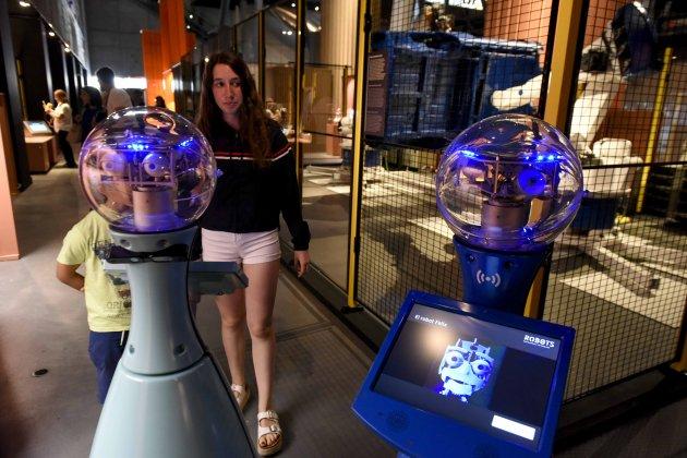 la mostra permet fer un recorregut pel passat el present i el futur de la tecnologia robotica des d ambits tan diversos com