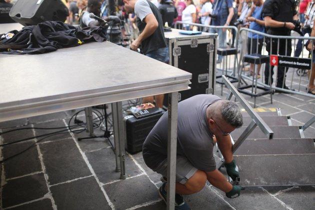 el nacional operari desmunta escenari plaça sant jaume carles palacio