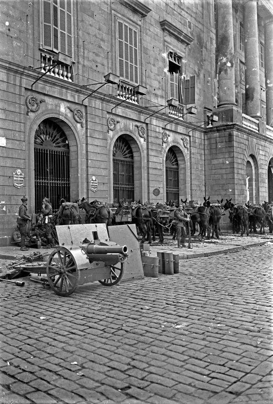 L'exercit espanyol bombardeja l'Ajuntament de Barcelona i el Palau de la Generalitat. Militars espanyols a la Plaça Sant Jaume. Font Josep Maria Sagarra