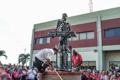 Estatua de Hugo Chávez en el Metro de Maracaibo