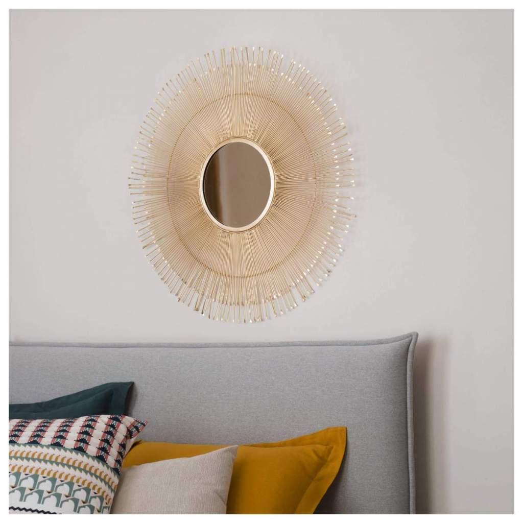 Espejo dorado , decoración de un salón minimalista