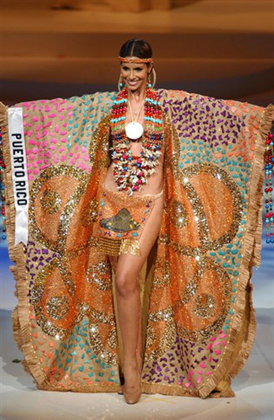 Alba Reyes, Miss Universe Puerto Rico 2004 nos transportó a la época indígena con su diseño. Reyes logró entrar en los diez mejores vestidos típicos de ese año.  (Archivo)