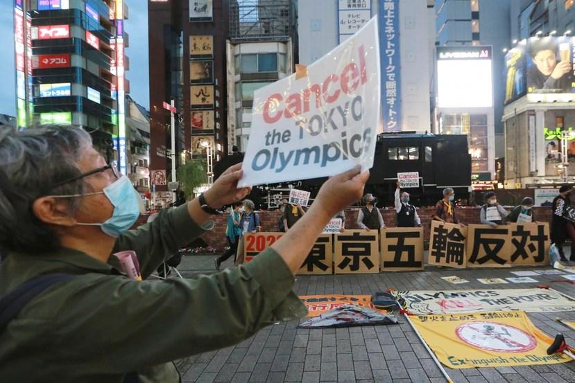 Un grupo de manifestantes protesta contra el plan de realizar los Juegos Olímpicos.