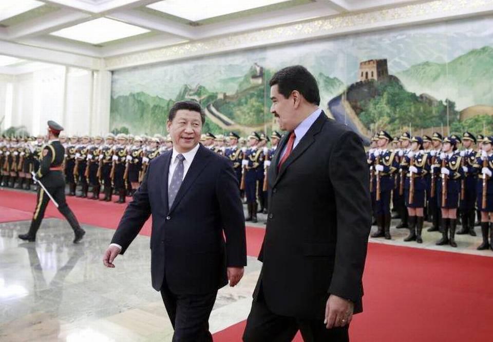 El presidente chino, Xi Jinping (izq), y su homólogo venezolano, Nicolás Maduro (dcha), pasan revista a la guardia de honor durante la ceremonia de bienvenida celebrada en el Gran Palacio del Pueblo de Pekín (China) el 7 de enero de 2015. EFE/Andy Wong/Pool