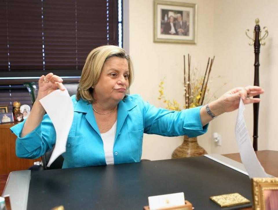 La congresista cubanoamericana Ileana Ros-Lehtinen rompe la lista de proyectos de ley presentados ante el Congreso que buscan eliminar el embargo contra Cuba, durante una entrevista en sus oficinas de Miami el jueves 29 de enero.
