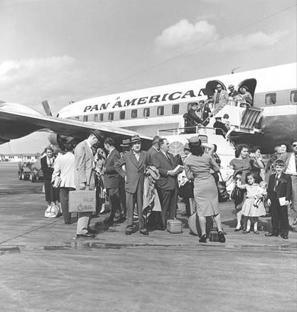 Resultado de imagen para foto de la llegada de cubanos al aeropuerto de miami en 1959