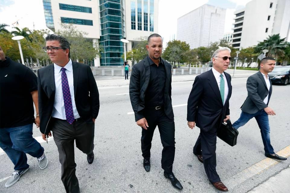 El primera base de los Medias Blancas de Chicago José Abreu (centro) deja la corte federal en Miami durante un receso en el juicio que se le sigue al agente de jugadores Bartolo Hernández y el preparador físico Julio Estrada, que están acusados de contrabando de personas, el 1ro de marzo del 2017.