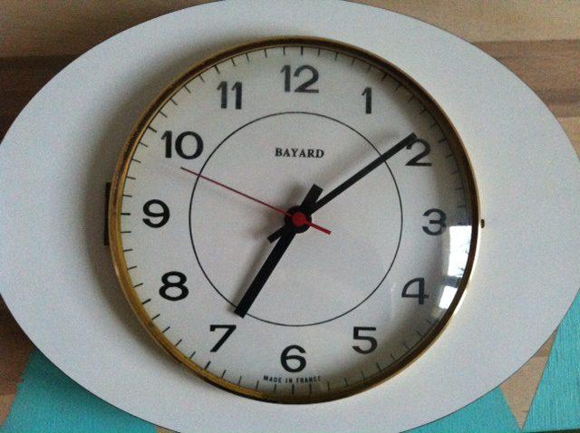 photo 415 Concentré de vie : avec une horloge vintage, de la déco et une jolie lecture