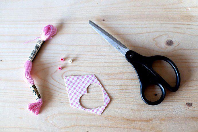 141214 diy 690x460 DIY : Recycler ses emballages cadeaux en marque page