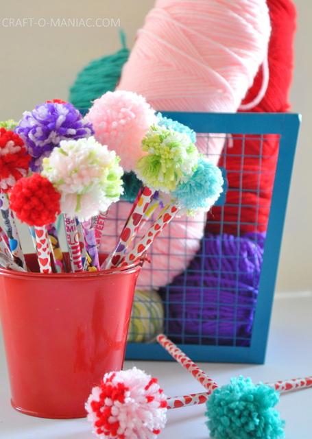 160819 yarn pom pom pencils toppers crayon rentree scolaire Des crayons bien chapeautés pour la rentrée