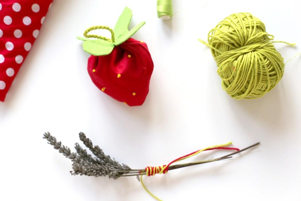 160913 fraise sachet lavande diy Une petite fraise parfumée à la lavande à glisser dans son armoire